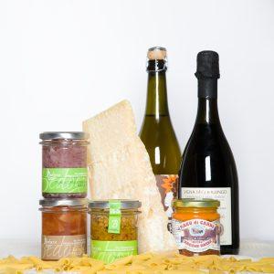 Aperitivo all'emiliana con Parmigiano Reggiano, Lambrusco, Malvasia, Salsa giardiniera e cipolle rosse agrodolci